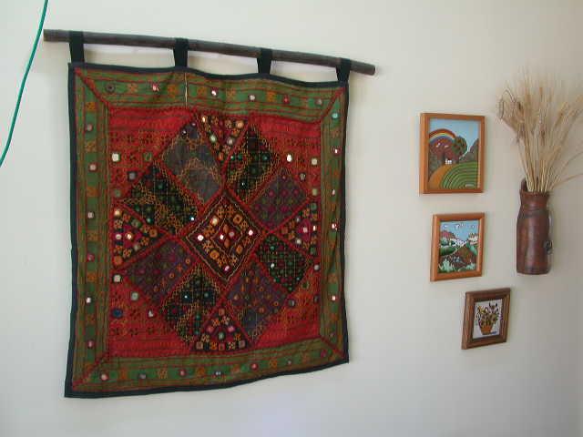 ... de tela para colgar el tapiz de una rama natural dealgún arbusto, o